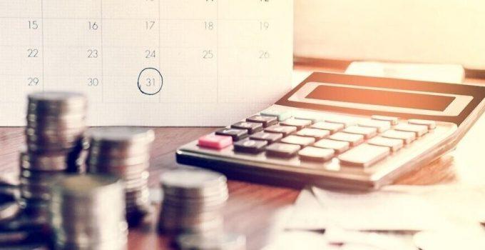Калькулятор и монеты на столе