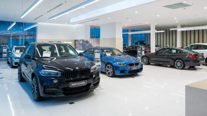 Новые автомобили в салоне