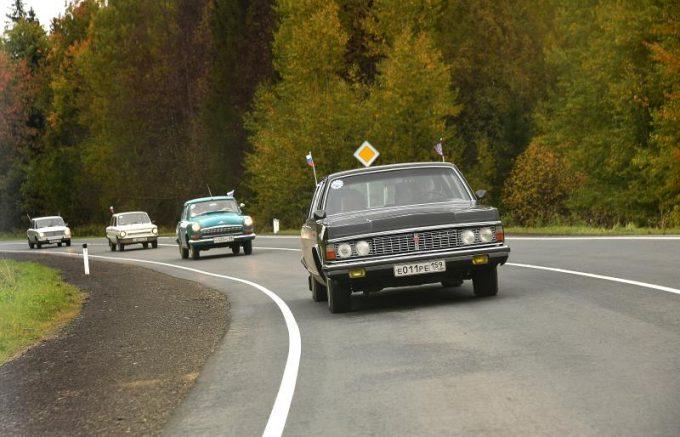 Советские автомобили на дороге