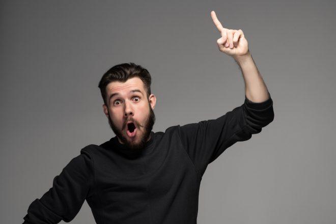 мужчина удивляется и поднимает палец вверх