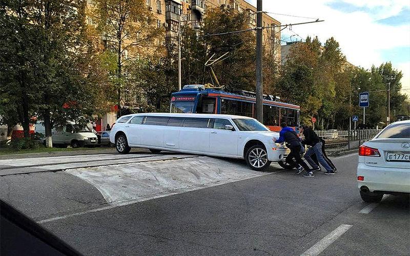 Лимузин на дороге