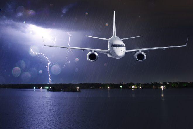 самолет в грозу