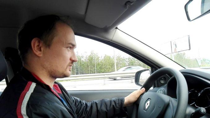 Рено Логан водитель