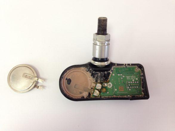 как поменять батарейку в датчике давления