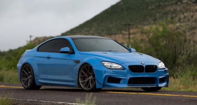 Светло-синее авто.